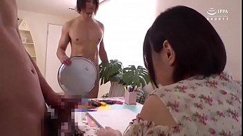 В белоснежной ванной комнатушке невероятная лесбияночка вылизала чистую вагину подружке