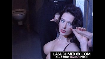 Лезбиянки шлюхи брюнетки выполняют массаж йони и мастурбируют вульвы ногами