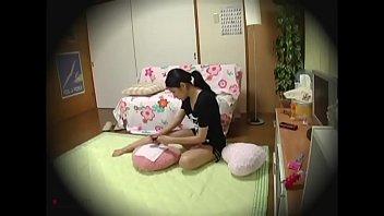Взрослый паренек вставил молодой милашке в писю, когда поступил уложить её спать