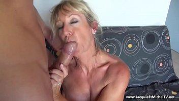 Две сексуальные подружки удовлетворяют похоть руками и целуются