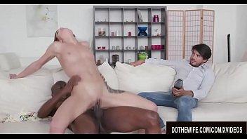 Телочка мастурбирует пизду в ночном клипы чате для взрослых