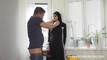 Грудастая мама с ремнями на теле водит пальцами по вагине