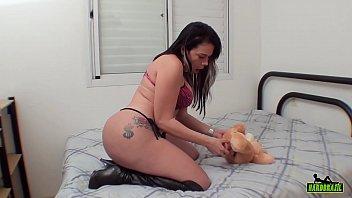 Блондиночка с сочной попочкой ебется на порно кастинге