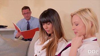 Заочник трахает на столе преподавательницу по психологии и сосет писю