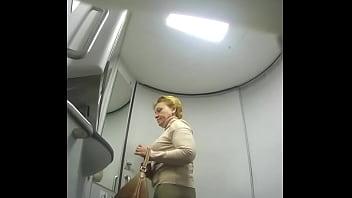Зрелая с коротенькой стрижкой размазывает по телу смазку на порно пробах