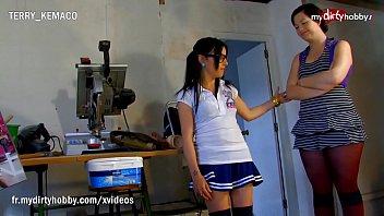 Девчонка использует хуезаменитель для мастурбации