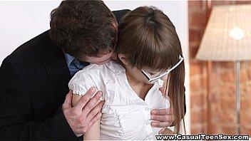 Хрупкая мадам трогает саму себя за большие буфера и показывает тело
