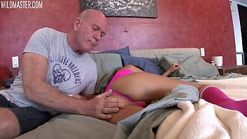 Пышка с большой попой мастурбирует перед вебкамерой