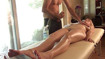 Нежный лесбиянский кунилингус для белокурой шлюхи во времячко сеанса массажа