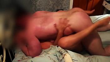 Мужчина вдул грудастой блондинке в колготочках на сером кроватке