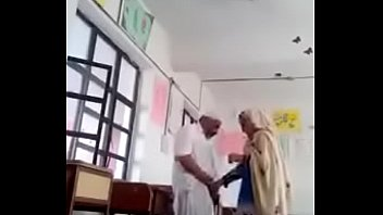 Две девчушки с блондином развлекаются сексом