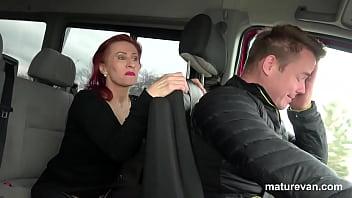 Мамашка в темных колготочках и с крупными сисяндрами потрахать саму себя секс автомобилем в вагину на дивана