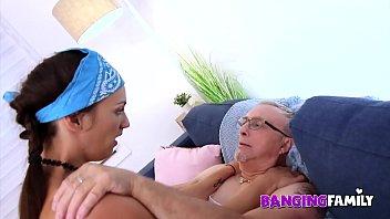 Тренер показывает женщине как надо ласкать пилотку