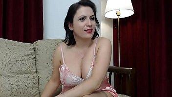Блонда сосет попочку кавалеру перед вебкамерой на красном кроватке
