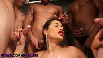 Молодая девушка с сверхестетственными волосами и в черном как смоль майке показала стриптиз на порно отборе