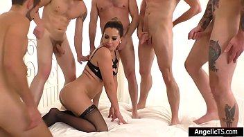 Женщина в теле лобызает член и красуется приличных размеров сиськой