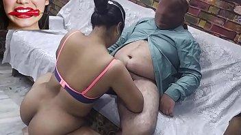 Молодая девчонка занимается трахом втроем в ангаре на порно кастинге