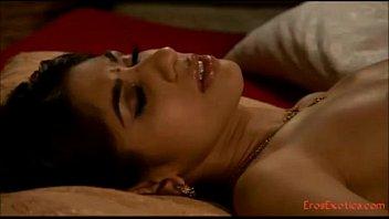 Голенькая девушка в маске пожелала от чмокать член перед сном