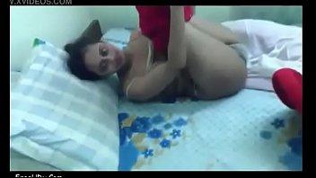 Девчоночка мастурбирует пизду резиновым фаллосом на балконе загородного отеля
