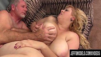 Брюнеточка с маленькой грудью получила много пенисов